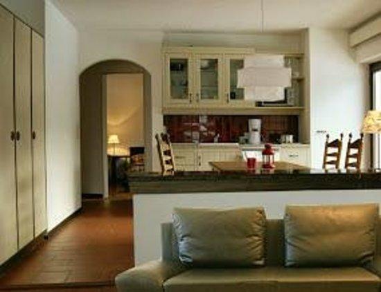 Haus Heller: Küche mit Essplatz und Tür zum Garten
