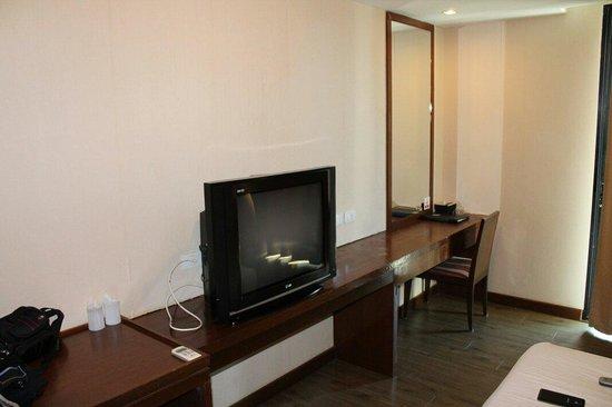 PGS Hotels Patong : Стена напротив кровати