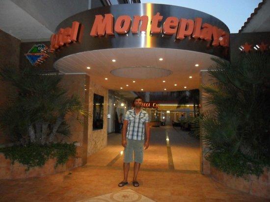 Sumus Hotel Monteplaya: Vstup do hotelu z ulice