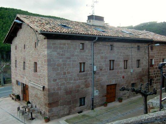 Hotel Rural Latorrién de Ane: Fasaden mot landsbyen