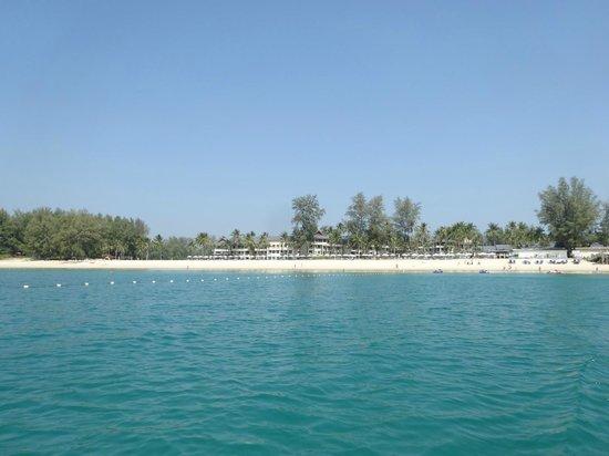 Outrigger Laguna Phuket Beach Resort : Blick vom Meer auf die Anlage