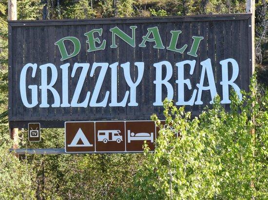 Denali Grizzly Bear Resort: Välkomst skylten
