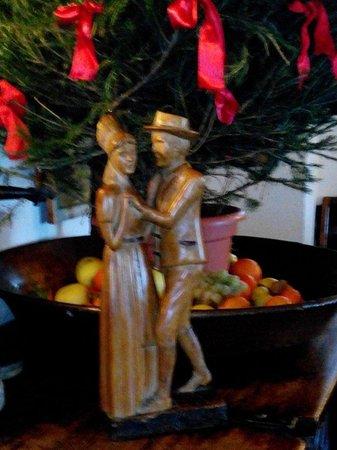 La Maison de Filippo: Tipica scultura  in legno parte dell arredamento tipico di montagna !