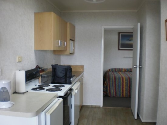 Bayview Motel : Kitchen and through to bedroom (unit with view)