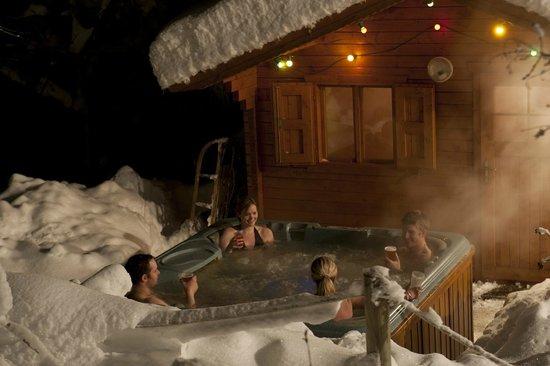 Auberge sur la Montagne: The hot-tub and sauna