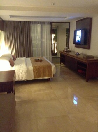 The Magani Hotel and Spa: Huge comfortable bed and flatscreen TV
