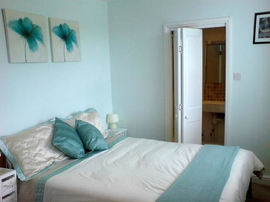 Mountain View B & B: King-size bed with memory foam mattress