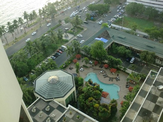 Diamond Hotel Philippines: Outdoor pool area