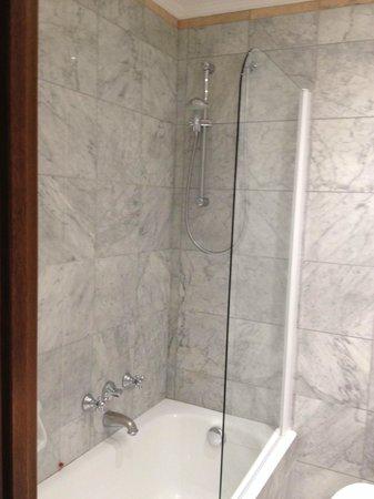 Sina De La Ville: Tub and shower