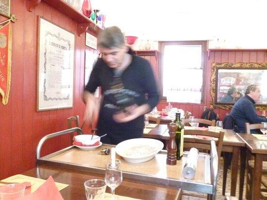 Osteria Ai Do Farai: Stefano préparant le carpaccio de Bar