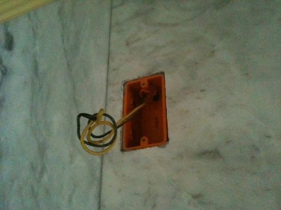 Lingganay Boracay Hotel Resort: Electric wire sticking out in bathroom - no lamp over washbasin