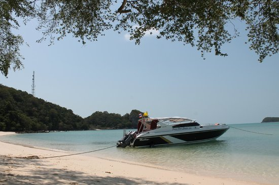 Samui Boat Charter: Stopping for lunch on a beautiful isolated beach