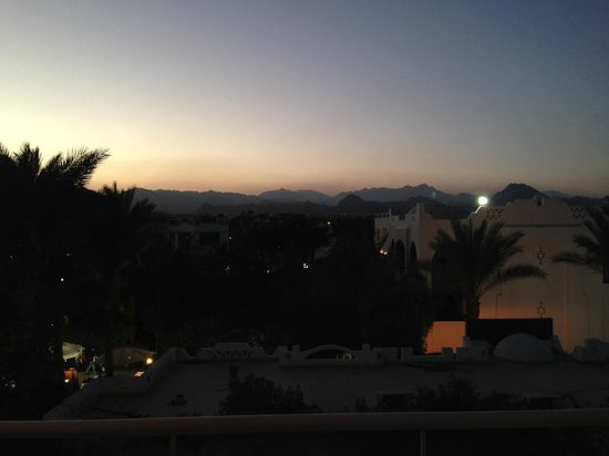 Oonas Dive Club Hotel : View over the Sinai Mountains at sunset - wonderful!