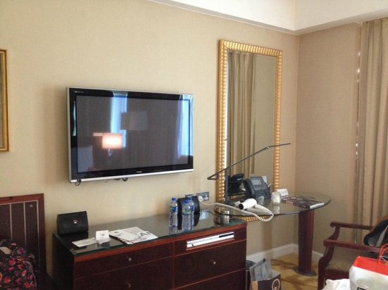 Cordis, Hong Kong : 大きいTVに広めの部屋