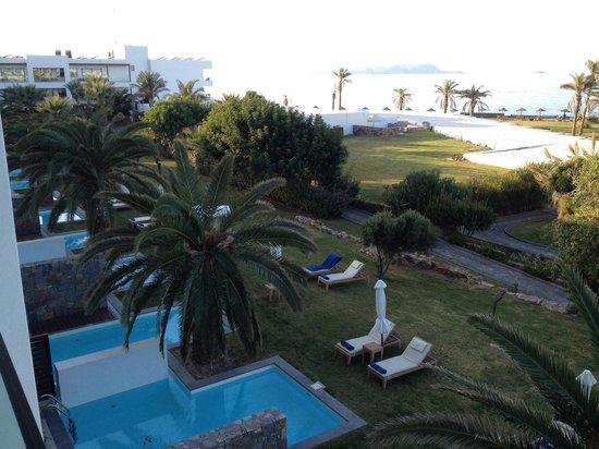 Amirandes, Grecotel Exclusive Resort: Вид с балкона номер с боковым  видом на море