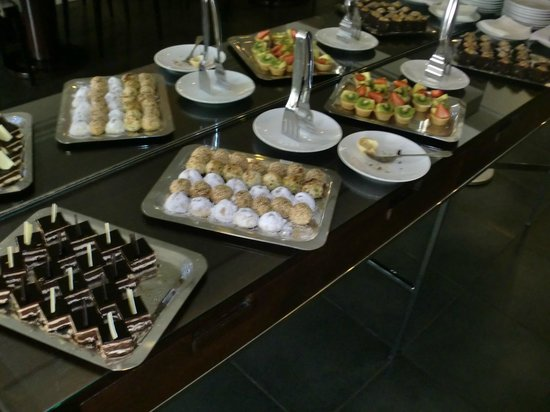 Movenpick Hotel Beirut: snacks at executive lounge