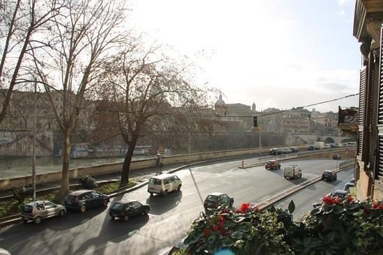 Luxury on the River: vue du balcon, en direction du ponte cavour