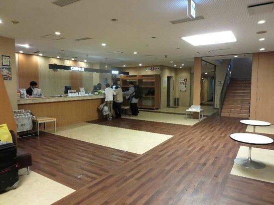Smile Hotel Hakodate: 2 フロントとロビー