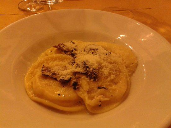 Osteria Porta di Bacco: ravioli di sfoglia sottile con ricotta e noci al tartufo