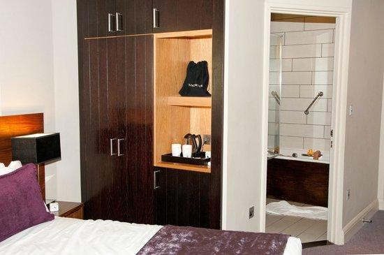 Heywood House Hotel: Room 104 with ensuite bathroom