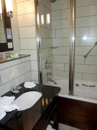 Heywood House Hotel: Bathroom
