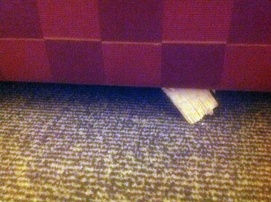Holiday Inn Express Leeds City Centre-Armouries: Sharp broken wood sticking out of sofabed
