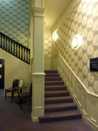 Heywood House Hotel: Staircase