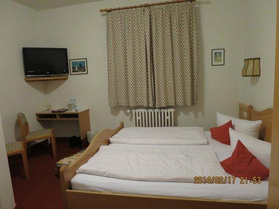 Hotel Hirsch: ベッドは小さいです。