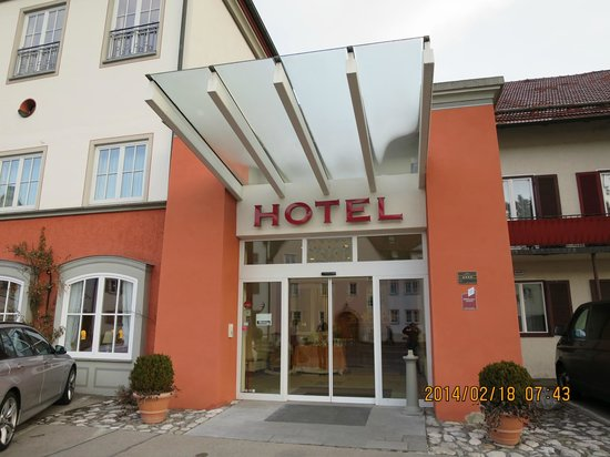 Hotel Hirsch: ホテルエントランス