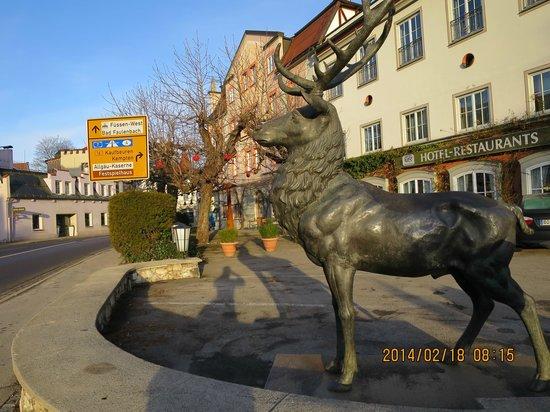 Hotel Hirsch: ヒルシュとは鹿のことらしく入口前に鹿の銅像。
