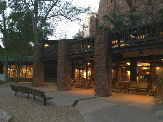 Zion Lodge: Lobby et restaurant
