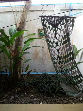 Sananwan Beach B&B : small outdoor area on the way to the bathroom from the room (sadly not functional hammock)
