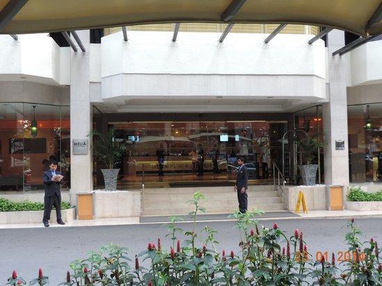 Melia Kuala Lumpur: Entree de l'hotel