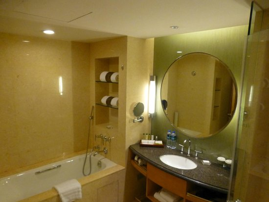 DoubleTree by Hilton Shanghai Pudong : Bathroom
