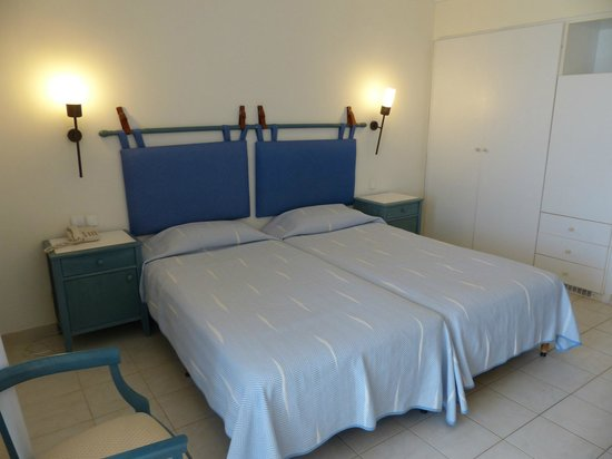 Louis Zante Beach Hotel: Bedroom with comfortable bed.