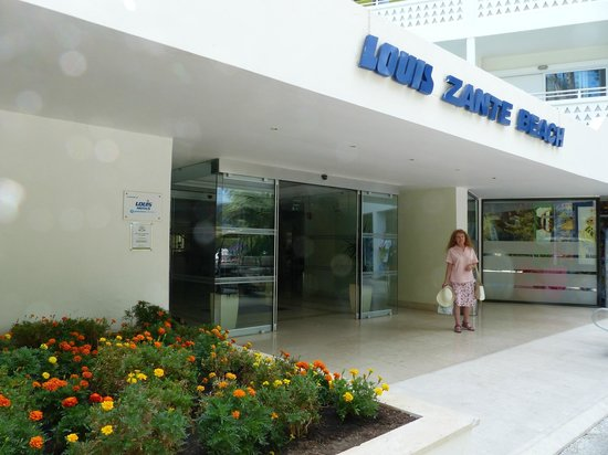 Louis Zante Beach Hotel: Hotel entrance showing Kate.