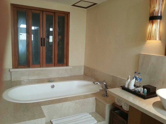 The Santosa Villas & Resort: Big shower room
