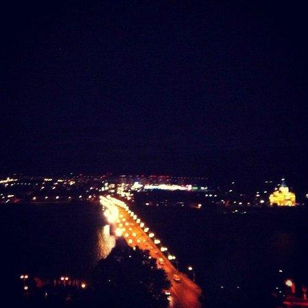 AZIMUT Hotel Nizhny Novgorod: Вид из номера на ночной Нижний Новгород