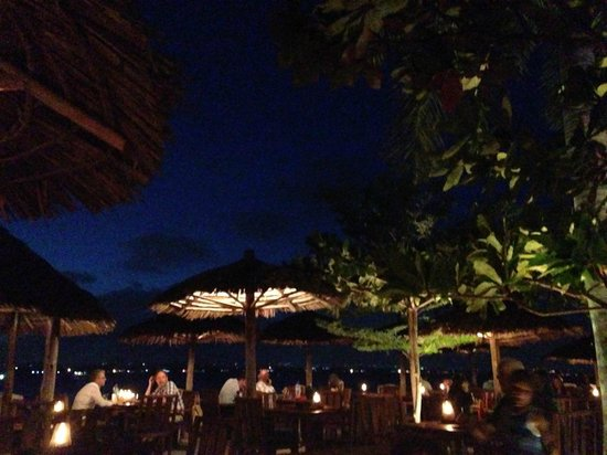 The Waterfront Sunset Restaurant & Beach Bar: Really nice ambiance at night