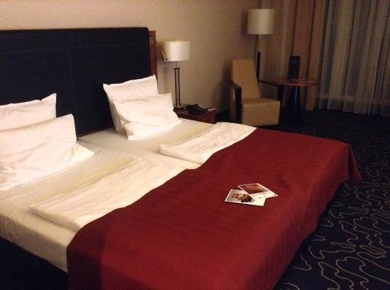 Steigenberger Hotel Hamburg: good size beds but duvets small