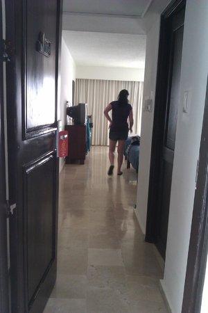Hotel Beach House Playa Dorada: Entrée de la chambre