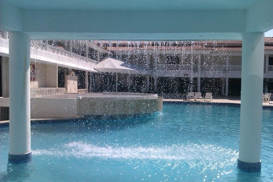 Hotel Beach House Playa Dorada: Chute d'eau à la piscine