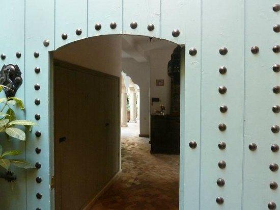 Palais Oumensour: Entrance to the hidden garden ...