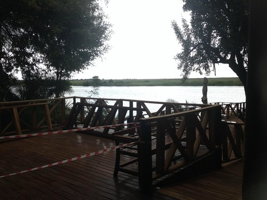 Chobe Marina Lodge: Vista do Rio Chobe da Recepção.