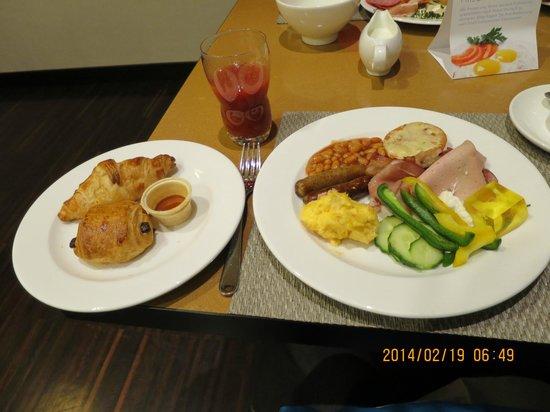 NH Stuttgart Airport: 朝食、野菜や煮豆もありました。蜂蜜3種類も美味しかった。