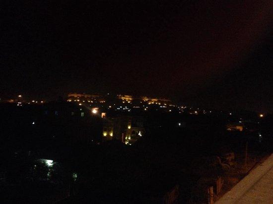 Hotel Fifu : Vue du restaurant de l'hôtel Fifu, Jaisalmer, de nuit.