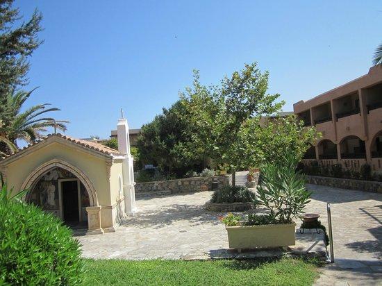 Aquila Rithymna Beach Hotel : маленькая церквушка на территории отеля