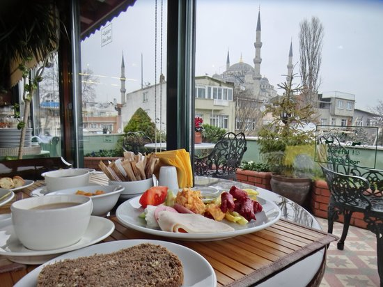 Dersaadet Hotel Istanbul: 朝食会場からみえるブルーモスク(曇りで残念)
