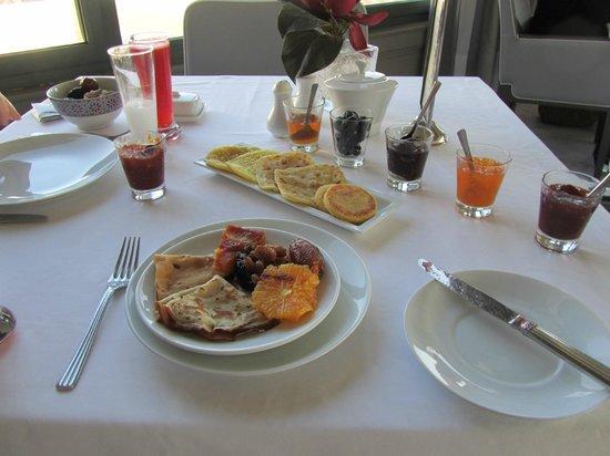Palais Faraj Suites & Spa : Incroyable petit-déjeuner.... Au centre, trois variétés de crêpes marocaines...  Jus de fraises.