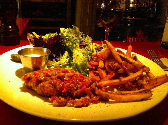 Bistro Beaux Lieux: Tartare de boeuf :) avec frites et salade!